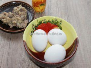 Сварили яйца и даём им остыть