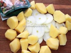 Картофель с луком перемешиваем