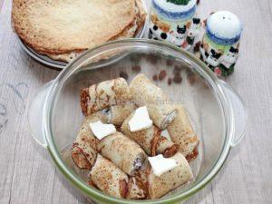 Поместите блинчики с творогом и изюмом в духовку на 10-15 минут