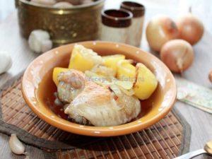 Готовые куриные крылышки запеченные в духовке подаем с картофелем