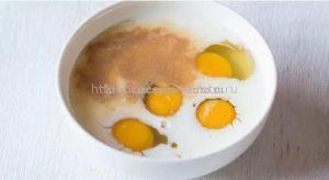 В миску разбить куриные яйца
