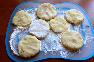 Формируем пирожки из картофельного теста