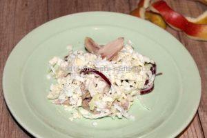 Выкладываем салат на тарелку горкой