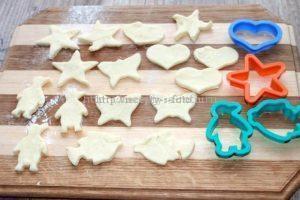 Раскатываем тесто и формируем печенье