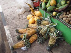 ананасы на рынке шриланка