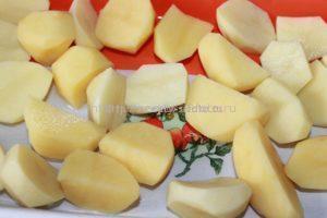 картофель разрезаем четвертинками