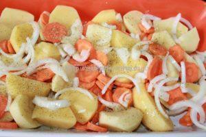 Посыпаем луком картошку