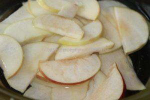Нарезаем яблоки на дольки