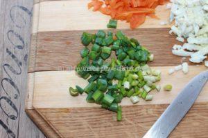 Нарежем листья чеснока