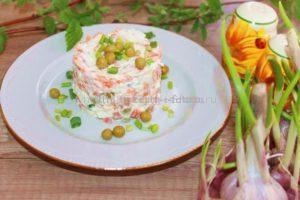 Готовый салат с чесноком