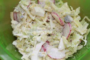 Заправляем салат с редиской