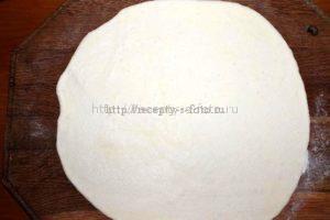 Раскатываем тесто тонким слоем