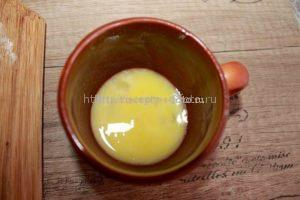 Смазываем сочники взбитым яйцом