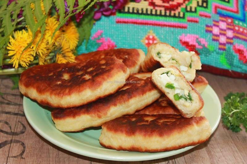 Пирожки с луком и яйцом на сковороде