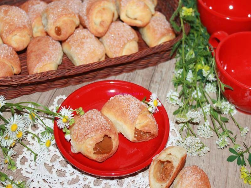 Рогалики со сгущенкой – проверенный рецепт воздушного лакомства