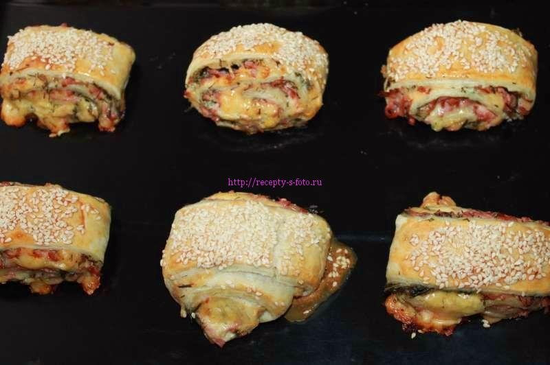 Рулетики из слоеного теста с колбасой и сыром - рецепт пошаговый с фото