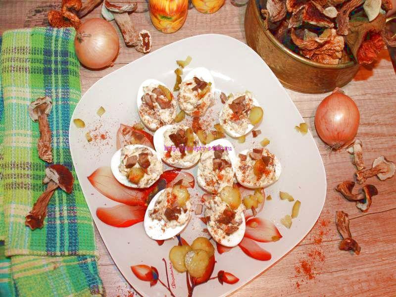 Яйца фаршированные сухими грибами