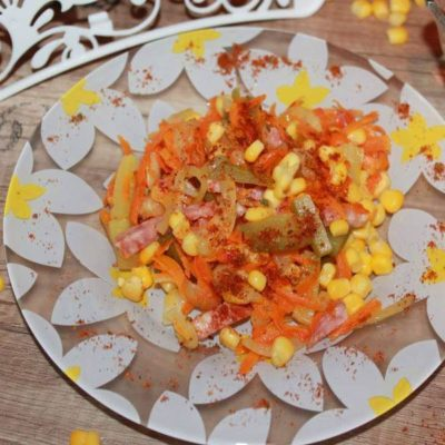 Салат из моркови и маринованных огурцов
