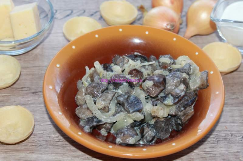 лук обжарить и добавить в грибы
