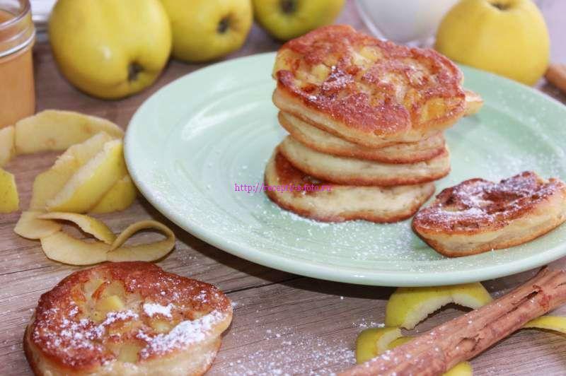 блинчики с яблоками на тарелке