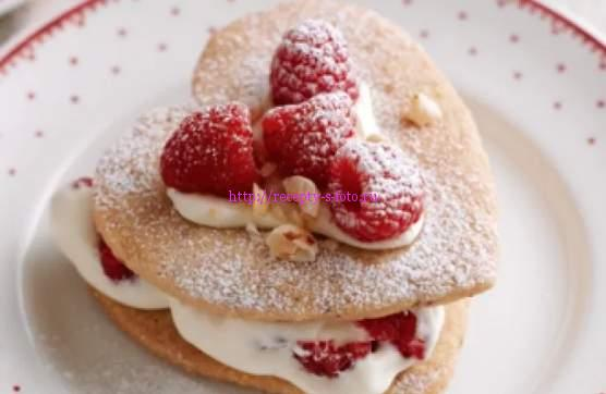 пирожное с кремом и ягодами