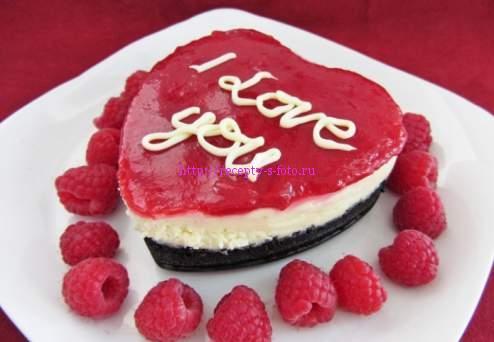 праздничный десерт в форме сердца