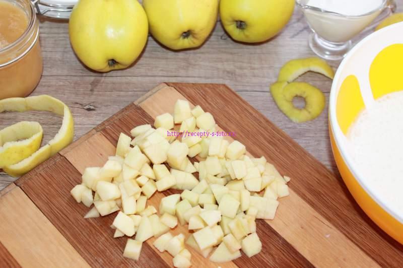 нарезаем кубиками яблоки