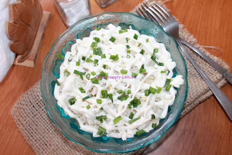салат приготовленный из рыбы
