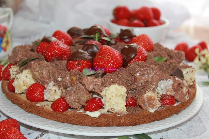 торт с ягодами клубники