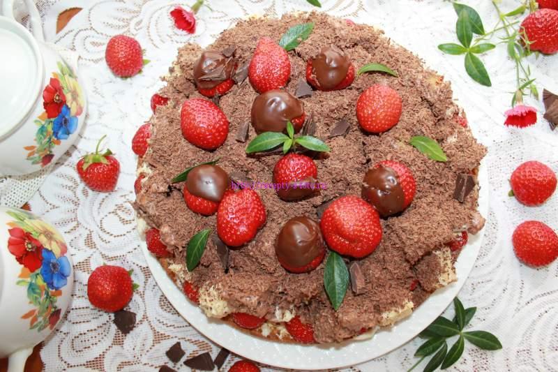 украшаем торт ягодами клубники