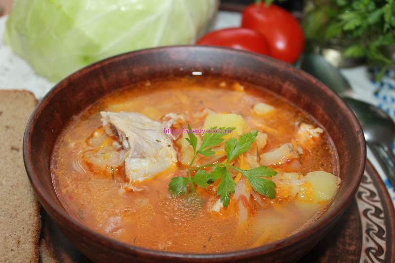 суп с капустой в тарелке