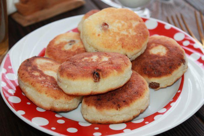 сырники с изюмом на сковородке