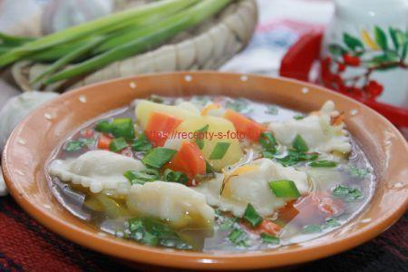 картофельный суп с пельменями в тарелке