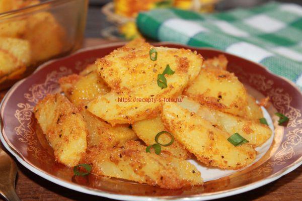 картошка в сухарях в тарелке