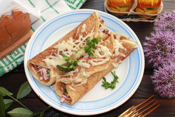 блины с колбасой и сырной корочкой