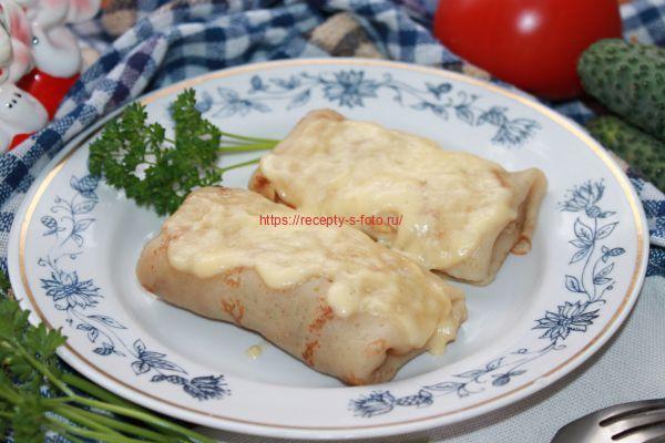 блины с курицей на тарелке с сыром