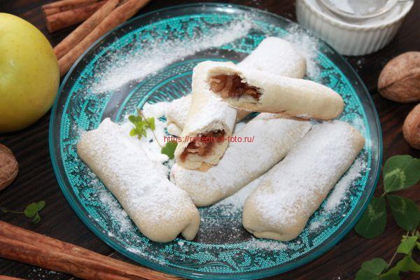 десерт с яблоками и посыпкой из сахарной пудры