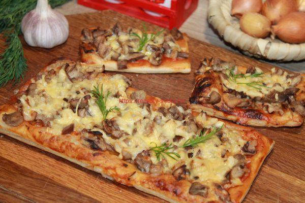 готовая пицца на доске