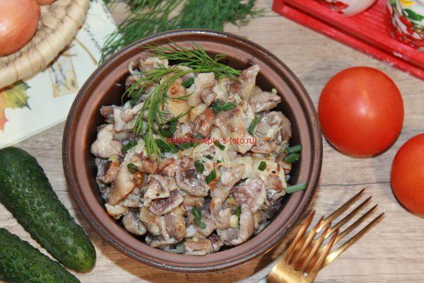 готовые грибы в тарелке с зеленью