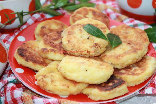 готовые сырники на тарелке