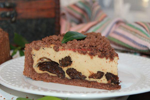 кусок пирога с черносливом