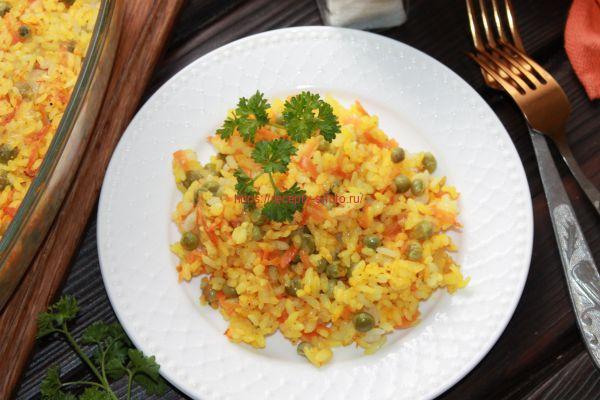 рис и овощи на тарелке