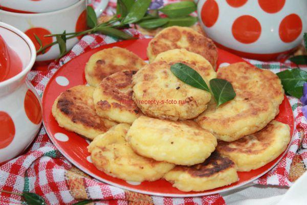 сырники с изюмом на тарелке