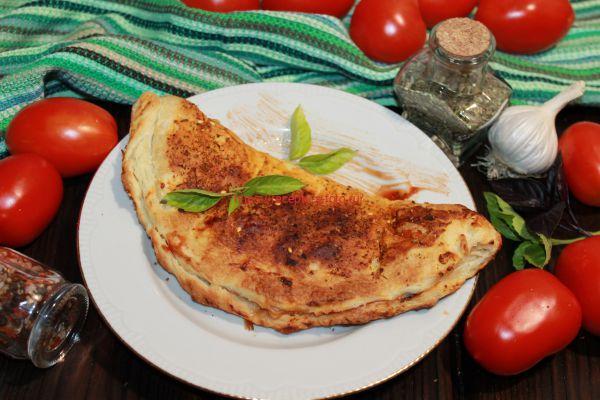 Кальцоне – закрытая пицца для итальянской вечеринки