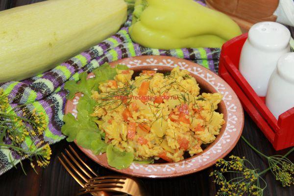 рис с овощами на сковородке
