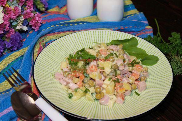 Салат с горошком и колбасой