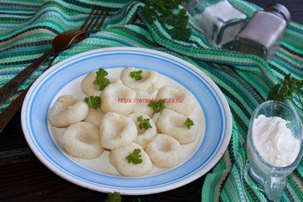галушки с зеленью на тарелке