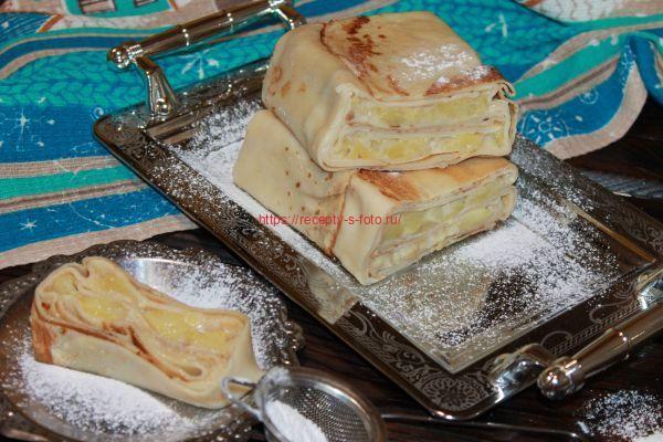 подача пирога из блинов